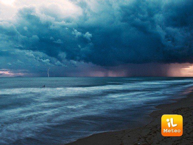 Meteo LIDO DI DANTE: oggi temporali e schiarite, Domenica 25 sereno, Lunedì 26 nubi sparse