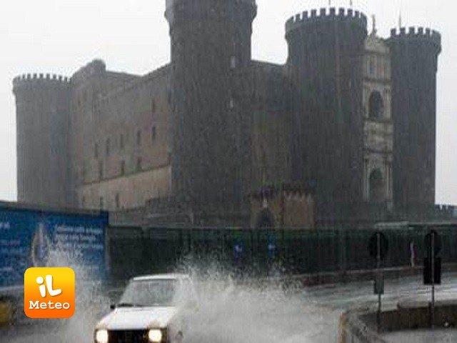 Meteo NAPOLI: oggi pioggia e schiarite, Venerdì 28 e Sabato 29 sereno