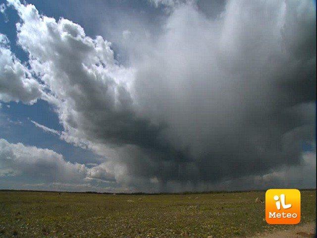 Meteo ELBA: oggi e domani nubi sparse, Venerdì 22 temporali e schiarite