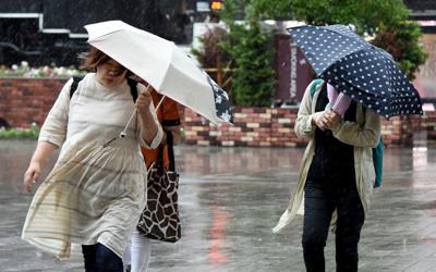 Tifone si abbatte sul Giappone, 2 morti e 400 voli cancellati