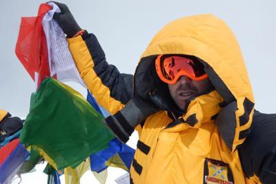 Poliziotto italiano scala l'Himalaya, arriva in cima senza ossigeno e voce