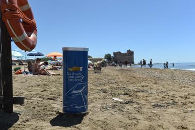 Cicche di sigarette in spiaggia, arrivano volontari e posacenere