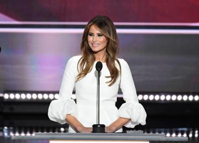 Donald Trump dà la mano a Melania, ma lei si sfila