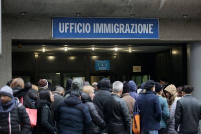 Milano, soldi in cambio di permessi di soggiorno. Arrestati sei poliziotti